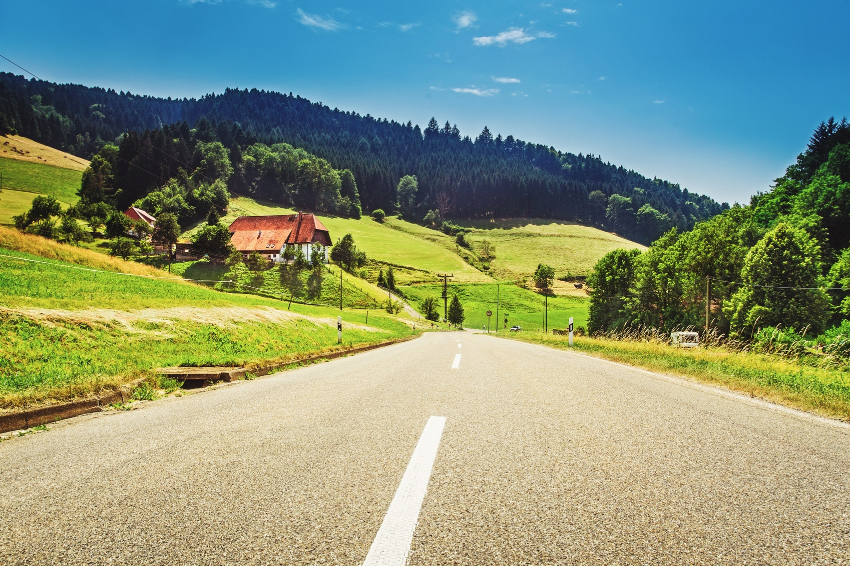 Scenic Driving Routes Black-Forest-www.istockphoto.comgbphotoscenic-countryside-landscape-with-country-road-old-house-in-germany-gm639473738-115269015-Britus