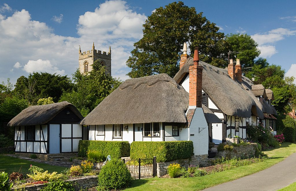 Ten-Penny Cottage and St. Peter's Church, Welford-upon-Avon, Warwickshire, UK.