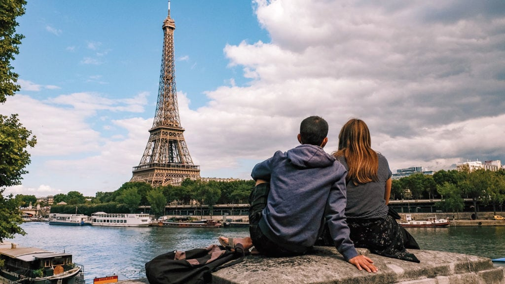 Couple sitting in front of the Tour Eiffel