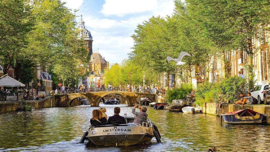 canal cruise amsterdam netherlands