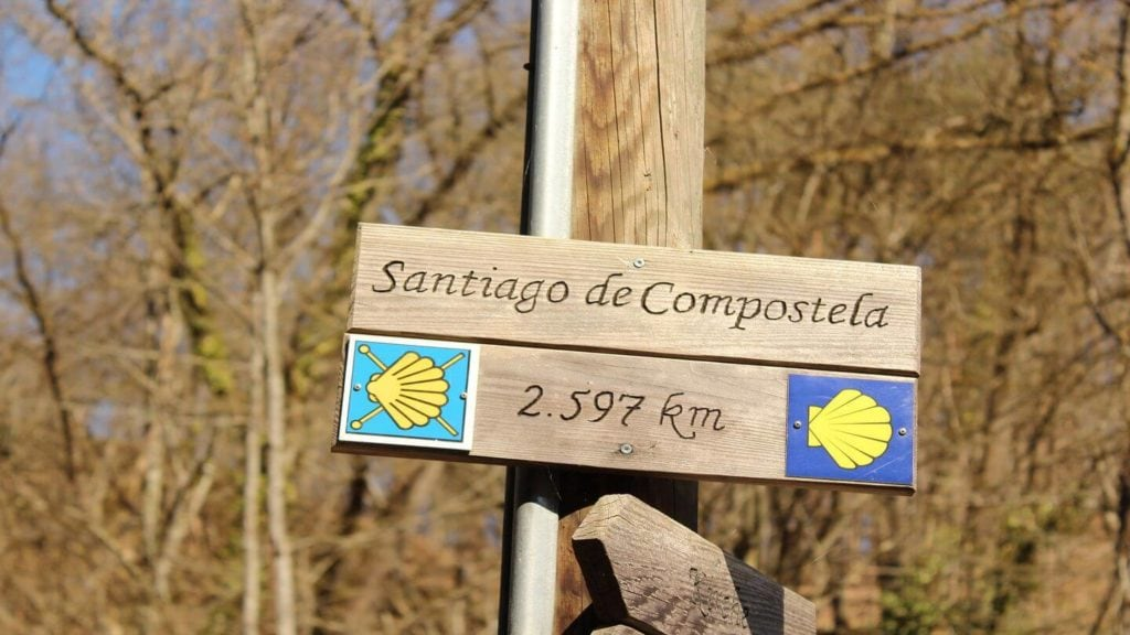 shell sign pointing the direction to Santiago de Compostela