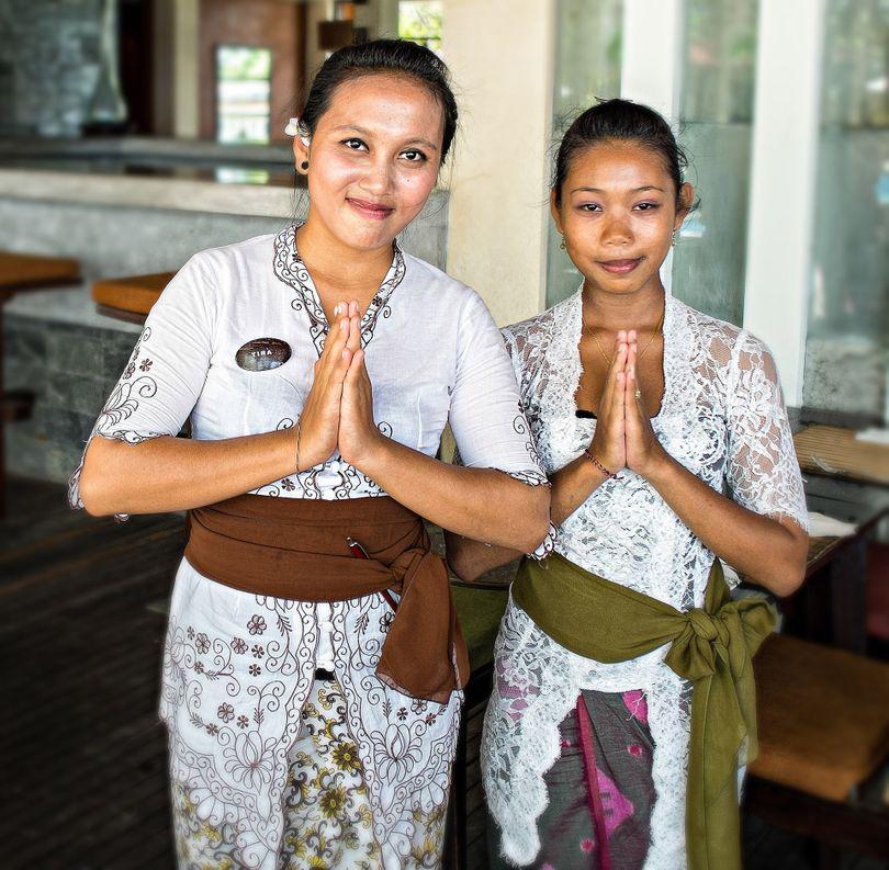 Wai traditionnel thaïlandais saluant les traditions asiatiques