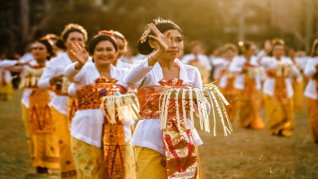 Femmes indonésiennes effectuant une cérémonie traditionnelle