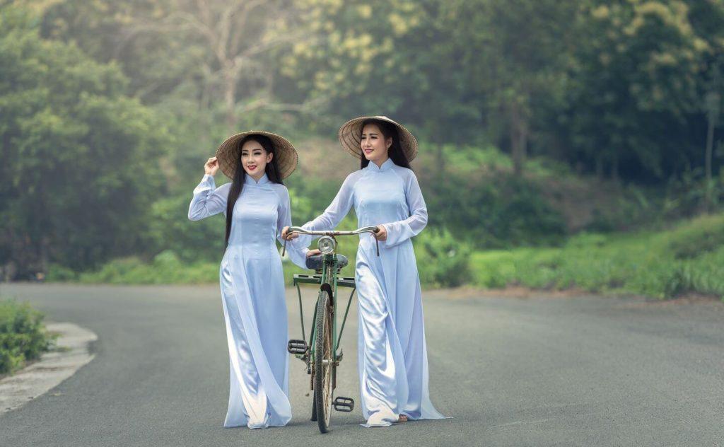 Deux femmes vietnamiennes en costume traditionnel des traditions asiatiques